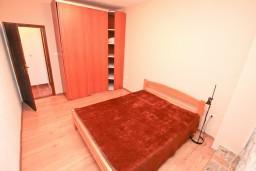 Спальня 2. Боко-Которская бухта, Черногория, Люта : 2-х этажный апартамент для 4-6 человек, с 2-мя отдельными спальнями, с 2-мя ванными комнатами, с террасой, 10 метров до моря