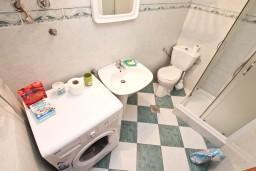 Ванная комната 2. Боко-Которская бухта, Черногория, Люта : 2-х этажный апартамент для 4-6 человек, с 2-мя отдельными спальнями, с 2-мя ванными комнатами, с террасой, 10 метров до моря
