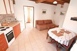 Гостиная. Боко-Которская бухта, Черногория, Пераст : Апартамент с отдельной спальней, с большой террасой, 20 метров до моря