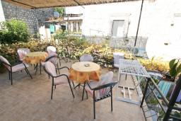 Терраса. Боко-Которская бухта, Черногория, Пераст : Апартамент с отдельной спальней, с большой террасой, 20 метров до моря