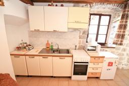 Кухня. Боко-Которская бухта, Черногория, Пераст : Апартамент с отдельной спальней, с большой террасой, 20 метров до моря