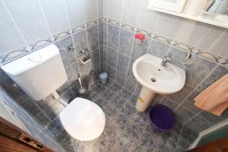 Ванная комната. Боко-Которская бухта, Черногория, Пераст : Апартамент с отдельной спальней, с большой террасой, 20 метров до моря