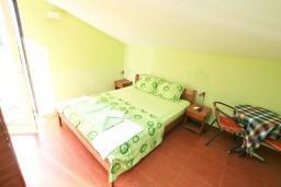 Студия (гостиная+кухня). Боко-Которская бухта, Черногория, Прчань : Студия для 2 человек, с балконом с видом на море, 20 метров до пляжа