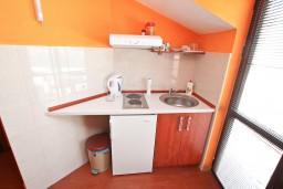 Кухня. Боко-Которская бухта, Черногория, Прчань : Студия для 3 человек, с балконом с шикарным видом на море, 20 метров до пляжа