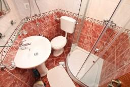 Ванная комната. Боко-Которская бухта, Черногория, Прчань : Студия для 3 человек, с балконом с шикарным видом на море, 20 метров до пляжа