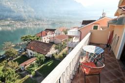 Балкон. Боко-Которская бухта, Черногория, Прчань : Студия для 3 человек, с балконом с шикарным видом на море, 20 метров до пляжа