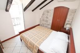 Спальня. Боко-Которская бухта, Черногория, Пераст : Апартамент с отдельной спальней, с балконом с видом на море, 10 метров до пляжа