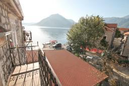 Балкон. Боко-Которская бухта, Черногория, Пераст : Апартамент с отдельной спальней, с балконом с видом на море, 10 метров до пляжа