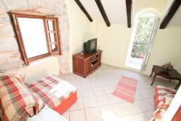 Гостиная. Боко-Которская бухта, Черногория, Пераст : Апартамент с отдельной спальней, с балконом с видом на море, 10 метров до пляжа