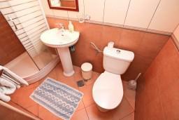 Ванная комната. Боко-Которская бухта, Черногория, Пераст : Апартамент с отдельной спальней, с балконом с видом на море, 10 метров до пляжа