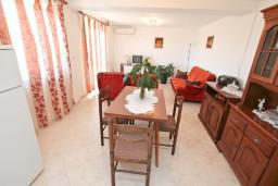 Гостиная. Боко-Которская бухта, Черногория, Кавач : Апартамент с большой гостиной, с отдельной спальней, с террасой