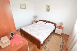 Спальня. Боко-Которская бухта, Черногория, Кавач : Апартамент с большой гостиной, с отдельной спальней, с террасой