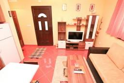 Гостиная. Боко-Которская бухта, Черногория, Доброта : Апартамент с отдельной спальней, с террасой, 20 метров до моря