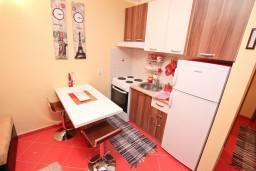 Кухня. Боко-Которская бухта, Черногория, Доброта : Апартамент с отдельной спальней, с террасой, 20 метров до моря