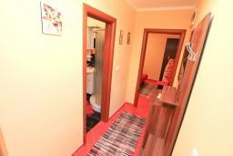 Коридор. Боко-Которская бухта, Черногория, Доброта : Апартамент с отдельной спальней, с террасой, 20 метров до моря