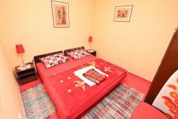 Спальня. Боко-Которская бухта, Черногория, Доброта : Апартамент с отдельной спальней, с террасой, 20 метров до моря