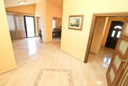 Гостиная. Боко-Которская бухта, Черногория, Доброта : Этаж дома с отдельным входом, с 3-мя отдельными спальнями, с 2-мя ванными комнатами, с огромной гостиной, с балконом с шикарным видом на море, 20 метров до моря
