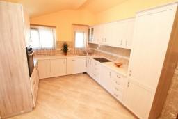 Кухня. Боко-Которская бухта, Черногория, Доброта : Этаж дома с отдельным входом, с 3-мя отдельными спальнями, с 2-мя ванными комнатами, с огромной гостиной, с балконом с шикарным видом на море, 20 метров до моря