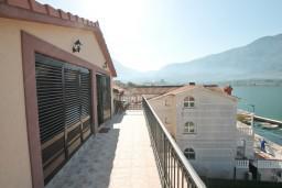 Балкон. Боко-Которская бухта, Черногория, Доброта : Этаж дома с отдельным входом, с 3-мя отдельными спальнями, с 2-мя ванными комнатами, с огромной гостиной, с балконом с шикарным видом на море, 20 метров до моря