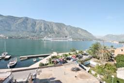 Вид на море. Боко-Которская бухта, Черногория, Доброта : Этаж дома с отдельным входом, с 3-мя отдельными спальнями, с 2-мя ванными комнатами, с огромной гостиной, с балконом с шикарным видом на море, 20 метров до моря
