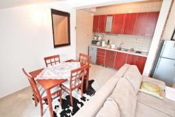 Гостиная. Боко-Которская бухта, Черногория, Доброта : Апартамент с отдельной спальней, с балконом с шикарным видом на море, 10 метров до пляжа