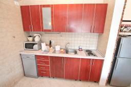 Кухня. Боко-Которская бухта, Черногория, Доброта : Апартамент с отдельной спальней, с балконом с шикарным видом на море, 10 метров до пляжа