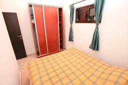 Спальня. Боко-Которская бухта, Черногория, Доброта : Апартамент с отдельной спальней, с балконом с шикарным видом на море, 10 метров до пляжа