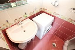 Ванная комната. Боко-Которская бухта, Черногория, Доброта : Апартамент с отдельной спальней, с балконом с шикарным видом на море, 10 метров до пляжа