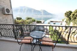 Балкон. Боко-Которская бухта, Черногория, Доброта : Апартамент с отдельной спальней, с балконом с шикарным видом на море, 10 метров до пляжа
