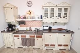 Кухня. Бечичи, Черногория, Бечичи : Шикарный 3-х этажный дом в Бечичи (Подбабас) с 2-мя большими гостиными, с 4-мя отдельными спальнями, с 4-мя ванными комнатами, с игровой комнатой, с бассейном, с местом для барбекю, с террасами с шикарным видом на море