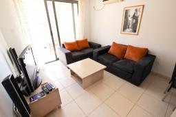 Гостиная. Бечичи, Черногория, Бечичи : Современный апартамент с отдельной спальней, с балконом