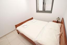Спальня. Бечичи, Черногория, Бечичи : Современный апартамент с отдельной спальней, с балконом с видом на море