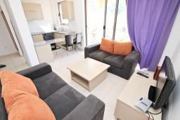 Гостиная. Бечичи, Черногория, Бечичи : Современный апартамент с отдельной спальней, с балконом с видом на море