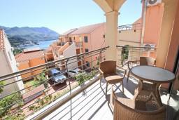 Вид на море. Бечичи, Черногория, Бечичи : Современный апартамент с отдельной спальней, с балконом с видом на море
