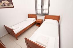 Спальня. Бечичи, Черногория, Бечичи : Современный апартамент для 4-6 человек, 2 отдельные спальни, с балконом с видом на море