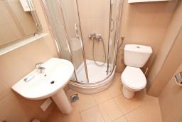 Ванная комната. Бечичи, Черногория, Бечичи : Современный апартамент для 4-6 человек, 2 отдельные спальни, с балконом с видом на море