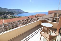 Балкон. Бечичи, Черногория, Бечичи : Современный апартамент для 4-6 человек, 2 отдельные спальни, с балконом с видом на море