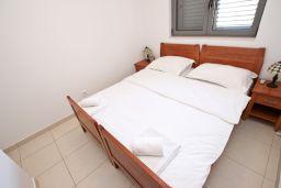 Спальня. Бечичи, Черногория, Бечичи : Современный апартамент для 4-5 человек, 2 отдельные спальни, с балконом с видом на море