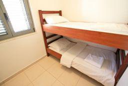 Спальня 2. Бечичи, Черногория, Бечичи : Современный апартамент для 4-5 человек, 2 отдельные спальни, с балконом с видом на море