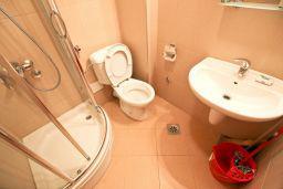 Ванная комната. Бечичи, Черногория, Бечичи : Современный апартамент для 4-5 человек, 2 отдельные спальни, с балконом с видом на море