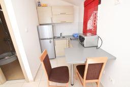Кухня. Бечичи, Черногория, Бечичи : Современная студия с балконом с видом на море