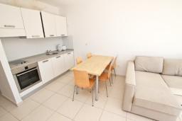 Кухня. Бечичи, Черногория, Бечичи : Современный апартамент для 4-6 человек, 2 отдельные спальни, с балконом с видом на море