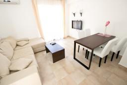 Гостиная. Бечичи, Черногория, Бечичи : Современный апартамент для 3-4 человек, 2 отдельные спальни