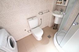 Ванная комната. Бечичи, Черногория, Бечичи : Современный апартамент для 3-4 человек, 2 отдельные спальни