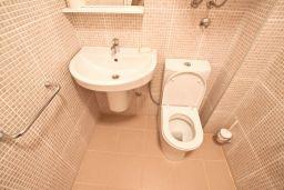 Туалет. Бечичи, Черногория, Бечичи : Современный апартамент с отдельной спальней, с балконом с видом на море