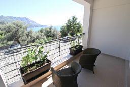 Балкон. Бечичи, Черногория, Бечичи : Современный апартамент с отдельной спальней, с балконом с видом на море
