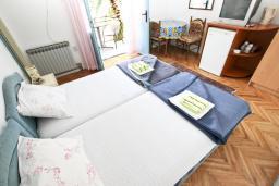 Спальня. Будванская ривьера, Черногория, Будва : Комната для 2 человек, с балконом, 70 метров до моря