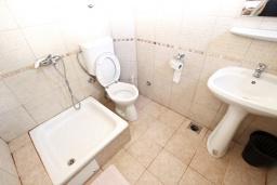 Ванная комната. Будванская ривьера, Черногория, Будва : Комната для 2 человек, с балконом, 70 метров до моря