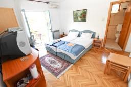 Спальня. Будванская ривьера, Черногория, Будва : Комната для 2-3 человек, с балконом, 70 метров до моря