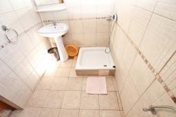 Ванная комната. Будванская ривьера, Черногория, Будва : Комната для 2-3 человек, с балконом, 70 метров до моря